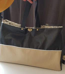 sac cabas simili cuir noir et doré fermé avec un cliquet laiton coeur